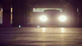 La voiture de sport monte dans le parking et briller clips vidéos