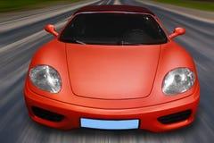 La voiture de sport se précipite sur la route Image stock