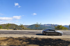 La voiture de sport a stationné dans une route de montagne Images libres de droits