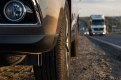 La voiture de tourisme moderne est sur la route Photo stock