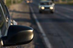 La voiture de tourisme moderne est sur la route Images stock