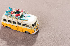 La voiture de vintage avec des planches de surf et la délivrance sonnent sur la plage Photo stock