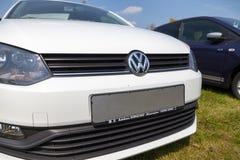 La voiture de Volkswagen se tient sur le concessionnaire automobile Images libres de droits