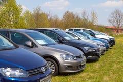 La voiture de Volkswagen se tient sur le marchand de voitures Photo libre de droits