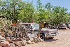 La voiture des vieux sherii rouillés à l'épicerie générale du Hackberry Photographie stock