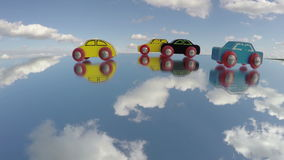 La voiture en bois de vintage joue sur le miroir et les nuages font signe, laps de temps clips vidéos