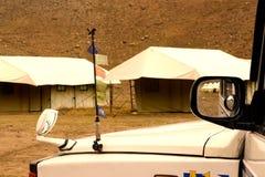 La voiture est garée dans le camping avec des tentes photo libre de droits