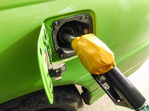 La voiture est réapprovisionnée en combustible Photos libres de droits