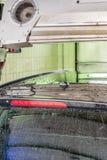 La voiture est séchée après lavage dans une station de lavage photographie stock
