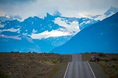 La voiture est sur le bord de la route parmi les montagnes Shevelev Photographie stock