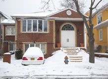 La voiture et la maison sous la neige après les tempêtes massives d'hiver heurte au nord-est Photos stock