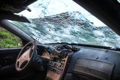 La voiture et le pare-brise endommagés par l'arme à feu ferme photos stock
