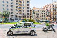 La voiture et le scooter de police se sont garés sur la plaza de La Marina photographie stock