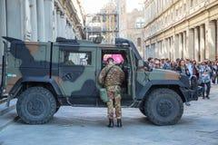 La voiture et le soldat d'armée pour protègent les personnes de touristes Photo stock