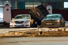 La voiture a garé sur le toit des autres deux Photographie stock