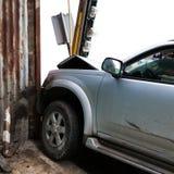 La voiture a heurté le poteau près du zinc photographie stock libre de droits