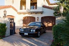 La voiture luxueuse a garé dans la porte d'entrée de la maison Photographie stock libre de droits