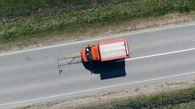 La voiture marque des lignes de démarcation sur une nouvelle route banque de vidéos