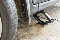 La voiture mettent sur cric pour la roue changeant ou réparant photo stock