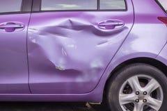 La voiture moderne de corps obtiennent endommagée accidentellement Assurance auto et repai photo stock
