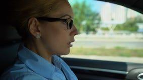 La voiture motrice femelle pendant la première fois, se sent peu sûre, femme gardant aux règles de route banque de vidéos