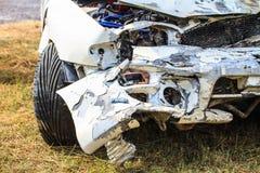 La voiture obtiennent endommagée accidentellement image libre de droits
