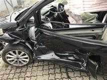 La voiture obtiennent endommagée accidentellement sur la route - actions image libre de droits