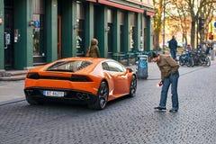 La voiture orange de Lamborghini Huracan LP 580-2 Spyder a libéré vers 2016 en Italie s'est garée sur la rue causant un grand Image libre de droits