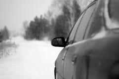 La voiture pendant l'hiver Pékin, photo noire et blanche de la Chine photo libre de droits
