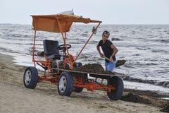 La voiture pour la récupération de place de la plage Nettoyant sur la plage, la plage propre de la boue et les déchets Photographie stock