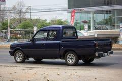 La voiture privée, famille de Mazda mini prennent le camion Photo libre de droits
