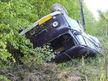 La voiture qui a abaissé un fossé en raison de l'accident photos stock