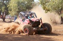 La voiture rouge donnant un coup de pied la poussière pendant la vitesse a chronométré l'événement d'essai Photographie stock libre de droits