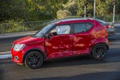 La voiture rouge s'est écrasée photos libres de droits