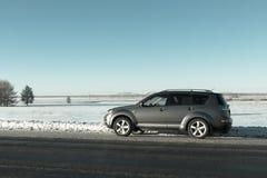 La voiture s'est arrêtée à la restriction pendant l'hiver Photo libre de droits