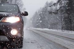 La voiture s'est arrêtée à la restriction pendant les chutes de neige Photos stock