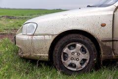 La voiture sale coûte sur une herbe verte Images stock