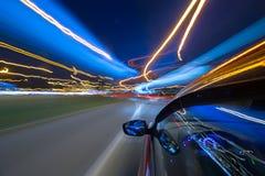 La voiture se déplace la nuit Image stock