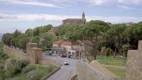 La voiture se déplacent au-dessus de la route dans la petite ville italienne pittoresque dans la journée de printemps calme, vue  banque de vidéos