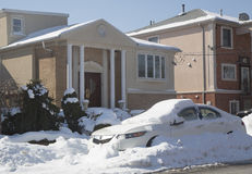 La voiture sous la neige à Brooklyn, NY après les tempêtes massives d'hiver heurte au nord-est Photographie stock libre de droits