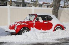 La voiture sous la neige à Brooklyn, NY après tempête massive Juno d'hiver heurte au nord-est Images stock