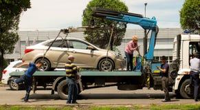La voiture soutiennent dessus de la dépanneuse photo libre de droits