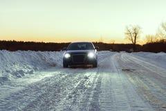 La voiture sur le chemin forestier à un bord de la route Images libres de droits