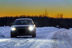 La voiture sur le chemin forestier à un bord de la route Photo stock