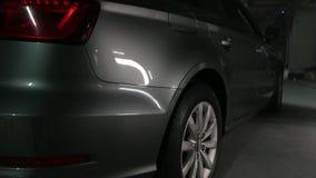 La voiture sur le stationnement banque de vidéos