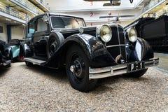 La voiture Tatra 80 de l'année 1935 se tient dans le musée technique national images stock