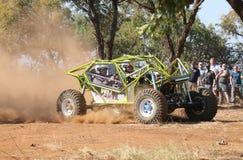 La voiture verte au néon donnant un coup de pied la poussière pendant la vitesse a chronométré l'événement d'essai Image libre de droits