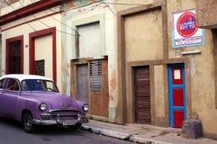 La voiture violette vive classique de couleur a garé sur la rue Photos stock