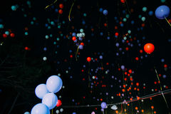 La volata gialla e blu balloons la notte del cielo Fotografia Stock