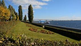 La Volga Ville Quay dans la ville de Saratov banque de vidéos
